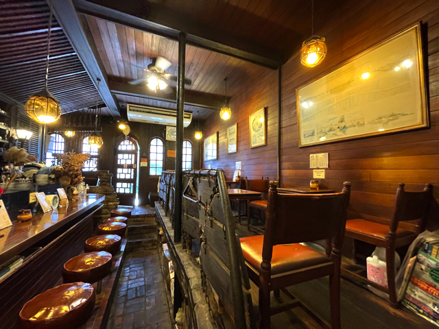 西荻窪「コーヒーロッジ ダンテ」の店内1