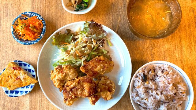 ユーカリ食堂の唐揚げランチ