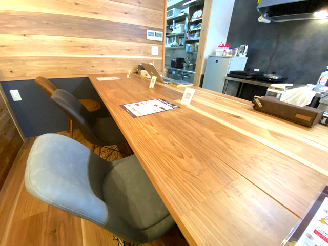 ニチョウメカフェ ニニギの店内