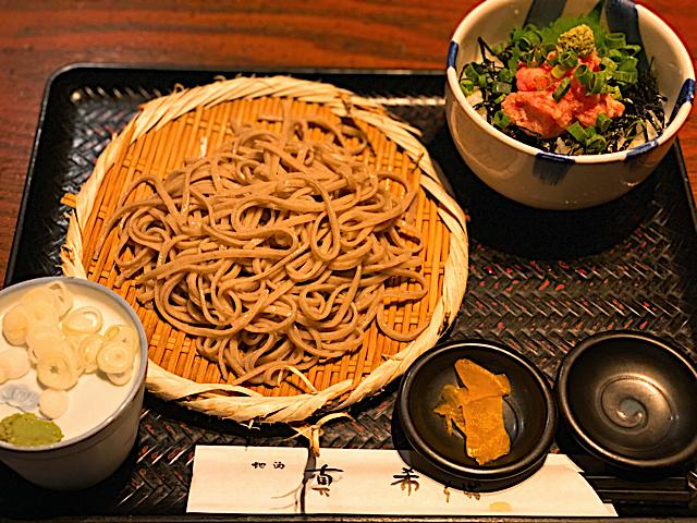 真希(しんき)三鷹店のまぐろネギトロ丼のお蕎麦セット