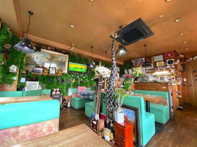 三鷹の喫茶店「あじさい」のジャングルのような店内