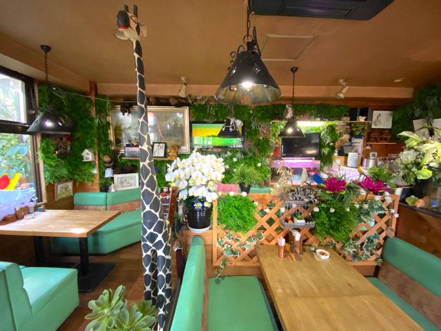 三鷹の喫茶店「あじさい」のジャングルのような店内2