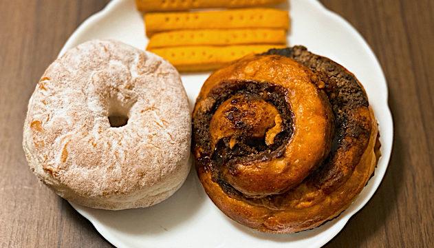吉祥寺「ひだまりカフェ」のソナモンロールとドーナツ