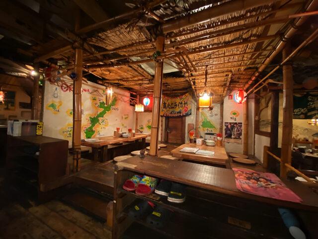 吉祥寺の沖縄料理屋「南ぬ (ぱいぬ) ニライカナイ」の店内