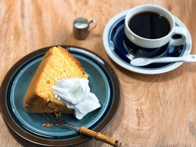 吉祥寺「喫茶 うろひびこ」のコーヒーとシフォンケーキ