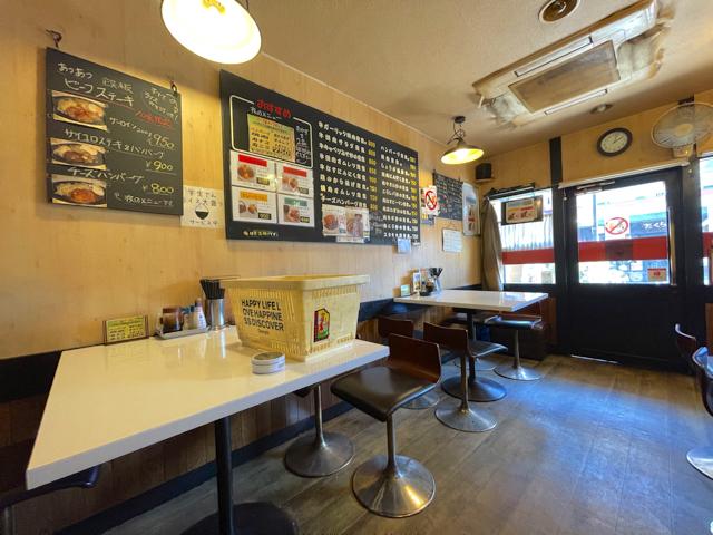 武蔵境の定食屋「にな川」の店内